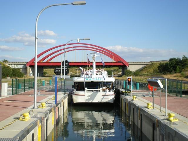"""Schleuse mit Fahrgastschiff """"Wachau"""""""